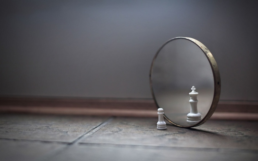 ws_Chess_Piece_in_the_Mirror_1680x1050
